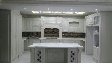 Photo of کابینت آشپزخانه ممبران ایرانی با رنگ سفید و جزیره بزرگ