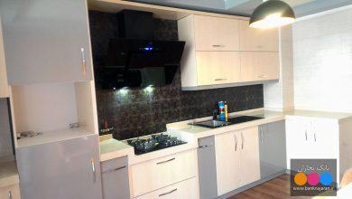 Photo of کابینت آشپزخانه نقلی مدرن با رنگ خاکستری و طرح چوب راش