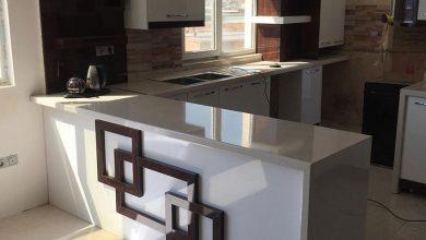 Photo of کابینت آشپزخانه با رنگ سفید هایگلاس و طرح چوب هایگلاس