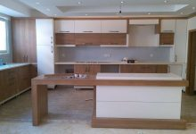 Photo of کابینت آشپزخانه سفید طرح چوب روشن ایرانی با جزیره