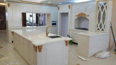 تصویر از کابینت آشپزخانه سفید طلایی ممبران با صفحه کورین سفید براق