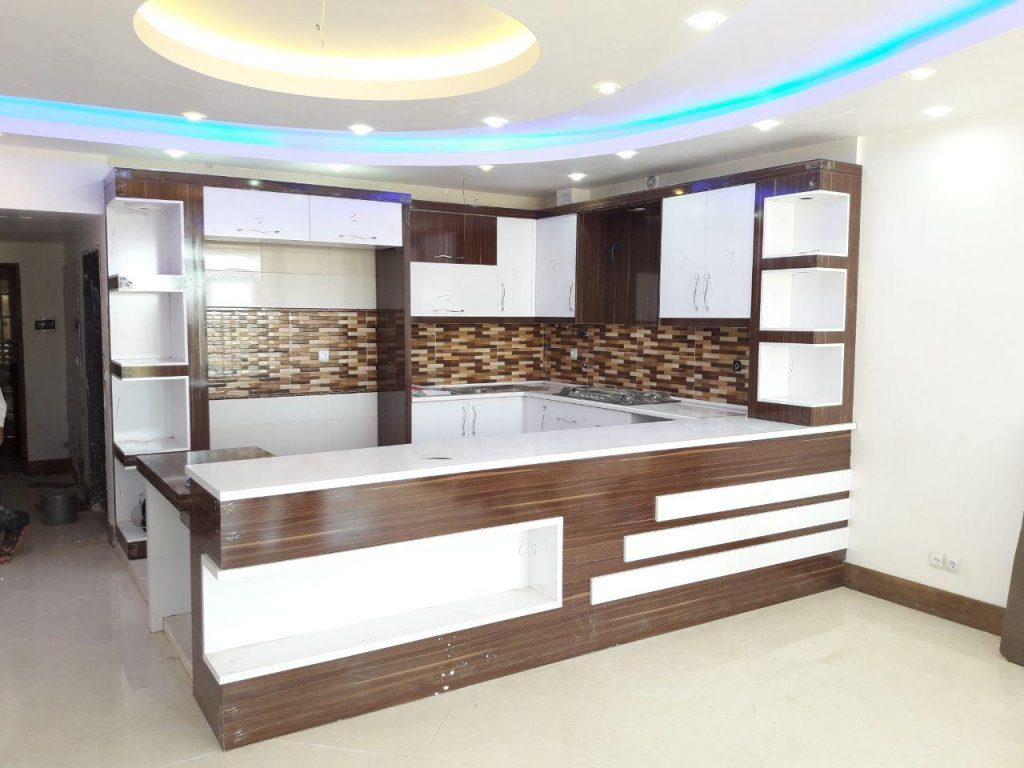 آشپزخانه کوچک با کابینت سفید گردویی