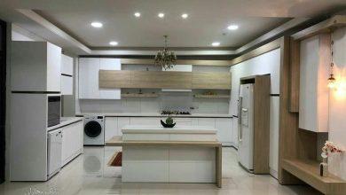 تصویر از کابینت طرح چوب روشن و سفید های گلاس با سبک مدرن-حجمی