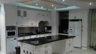 Photo of آشپزخانه ایرانی با کابینت ممبران سفید و جزیره بزرگ