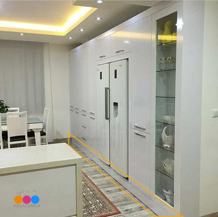 کابینت سفید با یخچال سفید و بوفه شیشه ای