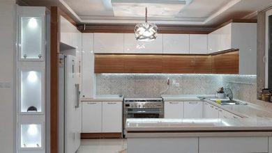 Photo of آشپزخانه با کابینت سفید طرح چوب هایگلاس مدرن با گاز مبله