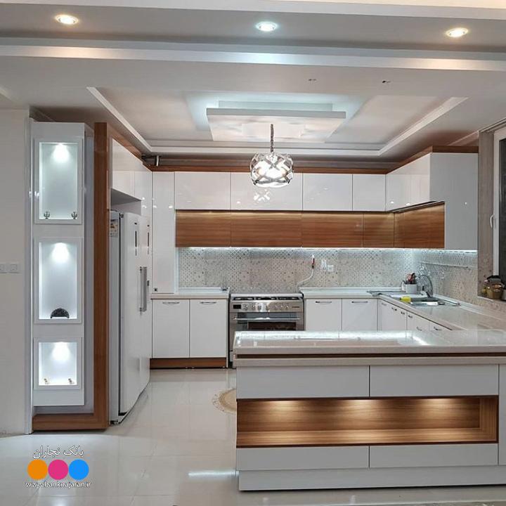 آشپزخانه با کابینت سفید طرح چوب