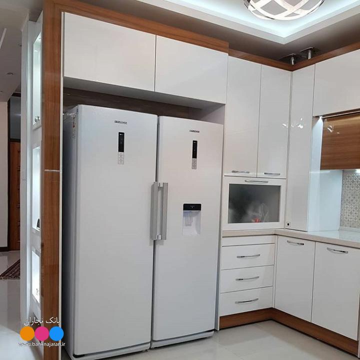 آشپزخانه با کابینت سفید طرح چوب 2