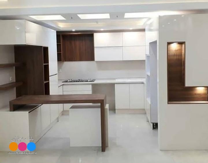 کابینت سفید هایگلاس طرح چوب مدرن