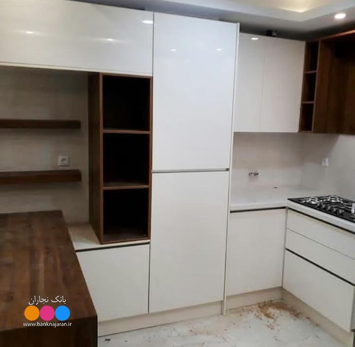 کابینت سفید هایگلاس طرح چوب مدرن 4