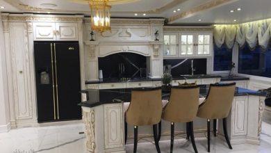 Photo of کابینت آشپزخانه چوبی سلطنتی سفید طلایی با جزیره بزرگ