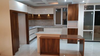 Photo of آشپزخانه کوچک با کابینت ایرانی مدرن سفید و طرح چوب