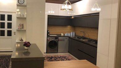 Photo of کابینت مدرن برای آشپزخانه کوچک با رنگ سفید و طوسی