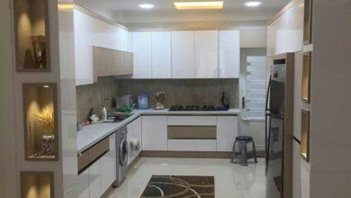 Photo of کابینت آشپزخانه مدرن سفید و نسکافه ای بدون دستگیره