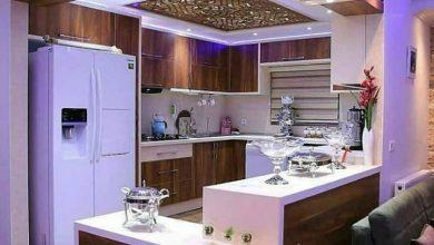 Photo of آشپزخانه کوچک ایرانی با کابینت مدرن سفید و طرح چوب