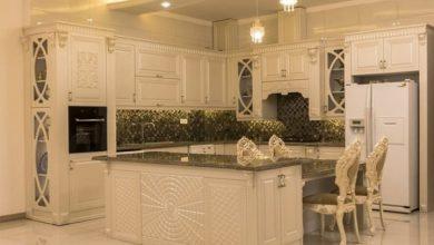 Photo of آشپزخانه با کابینت ممبران سفید و صفحه کابینت سنگی