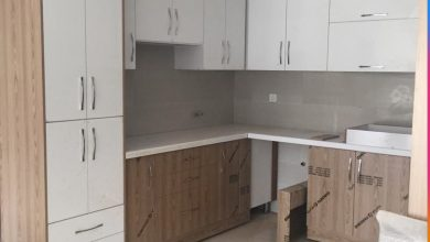 Photo of کابینت سفید هایگلاس طرح چوب فرامید با صفحه 5 سانتی