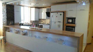 Photo of کابینت مدرن طرح چوب روشن و سفید هایگلاس با نور پردازی زیبا