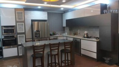 Photo of کابینت آشپزخانه هایگلاس سفید و طوسی مات با جزیره
