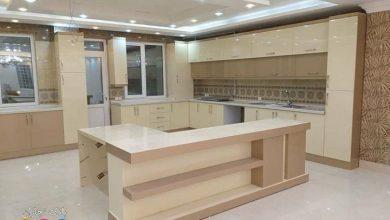 Photo of آشپزخانه مدرن با کابینت شکلاتی و نسکافه ای های گلاس