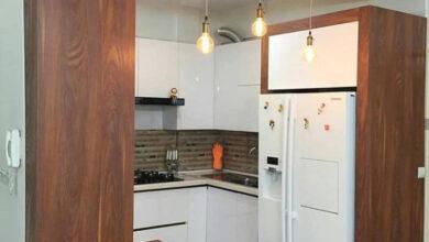تصویر از آشپزخانه کوچک با کابینت ام دی اف سفید و طرح چوب