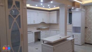 Photo of آشپزخانه ایرانی با کابینت ممبران سفید و صفحه کورین کرم