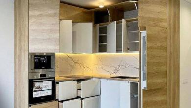 تصویر از کابینت آشپزخانه کوچک سفید هایگلاس و طرح چوب روشن