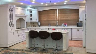 Photo of مدل آشپزخانه ایرانی کلاسیک سفید با جزیره بزرگ سه نفره